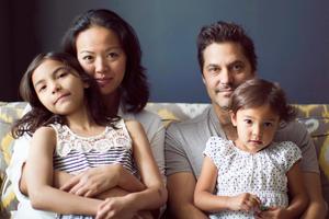 """""""The Universal Family Portrait"""" to projekt Michele Crove fotografki z Nowego Jorku, która chce pokazać uniwersalnego ducha rodziny, który jest obecny w różnych kulturach. Mimo różnic kulturowych, to właśnie rodzina jest elementem, który jest wspólny dla rodzaju ludzkiego."""
