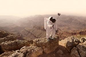 """Fotograf pisze w opisie do projektu """"Greetings From Mars"""" (Pozdrowienia z Marsa): """"(…) możemy sobie wyobrazić, że za mniej niż 50 lat ludzie będą chodzić po Marsie""""."""